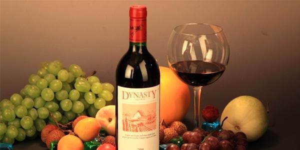 中法合营王朝葡萄酿酒有限公司始建于1980年,是我国制造业第一家中外合资企业,合资的外方为世界**的法国人头马集团亚太有限公司。2005年1月,公司在香港主板成功上市。企业投资总额为8.2亿元人民币,占地面积440亩。公司建有国际酿酒名种葡萄原料种植基地3万多亩,具有国际一流的葡萄酒生产设备和工艺,现生产三大系列90多个具有不同风格的葡萄酒品种,现生产能力为5万吨/年。公司的地下酒窖占地5000平方米,是目前国内较大、设施先进的地下酒窖之一。      公司始终重视产品质量,使王朝酒享誉海内外。王朝葡萄酒