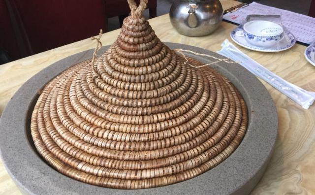 咕咚咕咚蒸汽石锅,凿石为锅,草帽做盖,取于自然成于自然