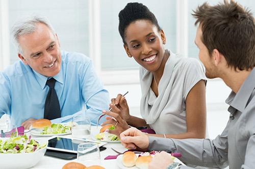餐厅服务员接待外国客人须知的各国习俗