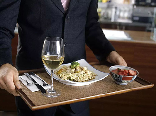 餐厅服务员如何服务带孩子用餐的顾客