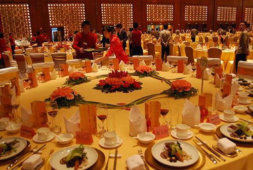 餐厅服务员应该如何接待特殊客人