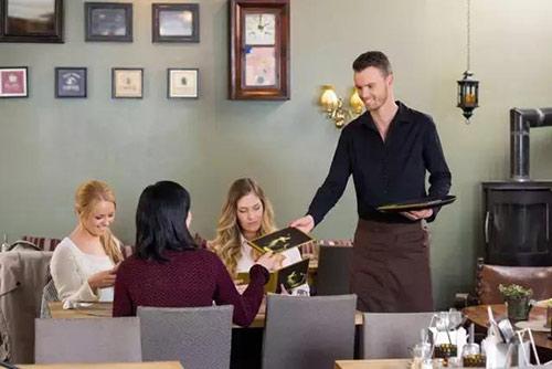 餐厅服务员认真倾听顾客的要求