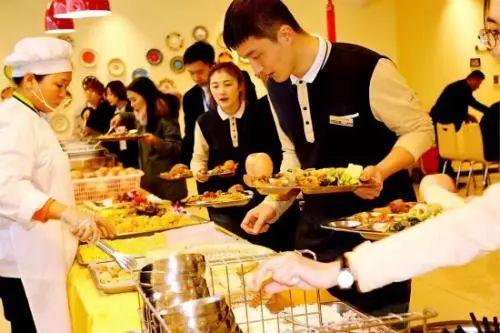 想要员工为餐厅卖命 就得给他们赏三个机会!