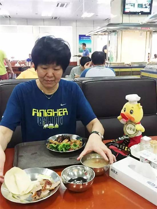 女排教练郎平吃全聚德