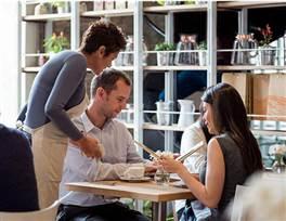 餐饮服务员礼貌拒绝顾客的方式