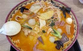 吉阿婆骨汤麻辣烫,是一家以能喝的骨汤为汤底的麻辣烫品牌
